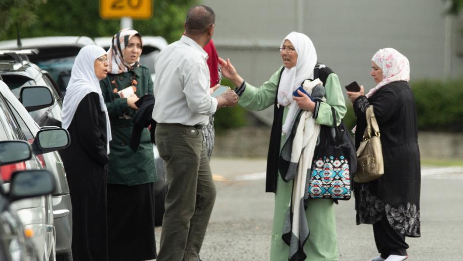 Zaniepokojone o los najbliższych rodziny czekają przed jednym z meczetów /Martin Hunter /PAP/EPA
