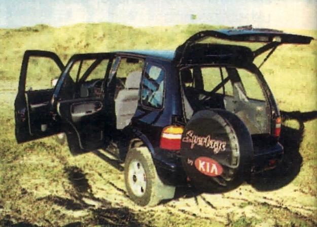 Zanim dostaniemy się do bagażnika, musimy odchylić wspornik z kołem zapasowym. /Motor