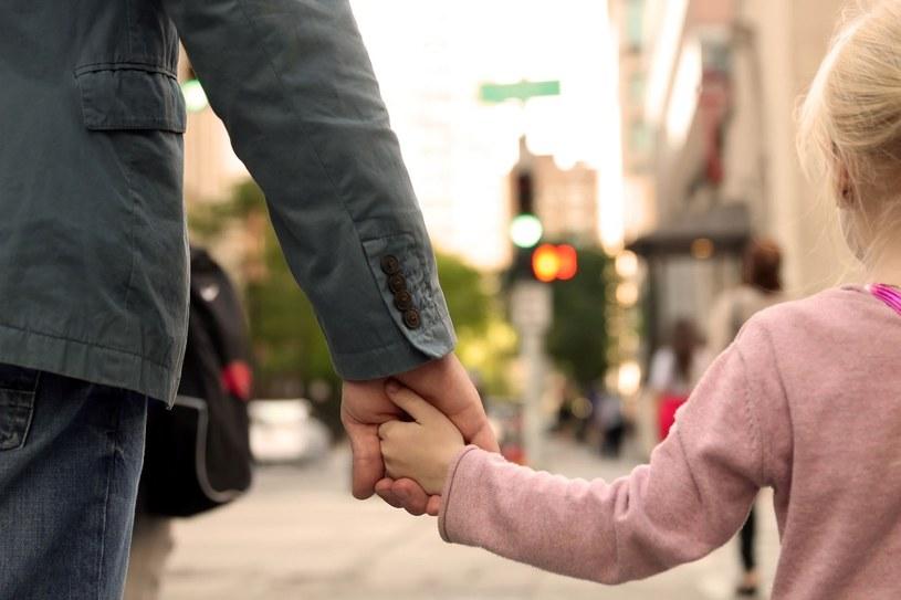 Zanim dziecko pierwszy raz pójdzie samo do szkoły, powinniśmy wielokrotnie przećwiczyć z nim tę trasę /123RF/PICSEL