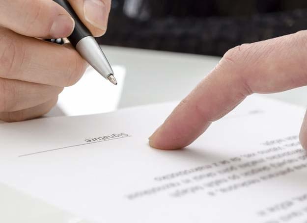 Zanim podpiszesz jakąkolwiek umowę, należy ją dokładnie przeczytać /123RF/PICSEL