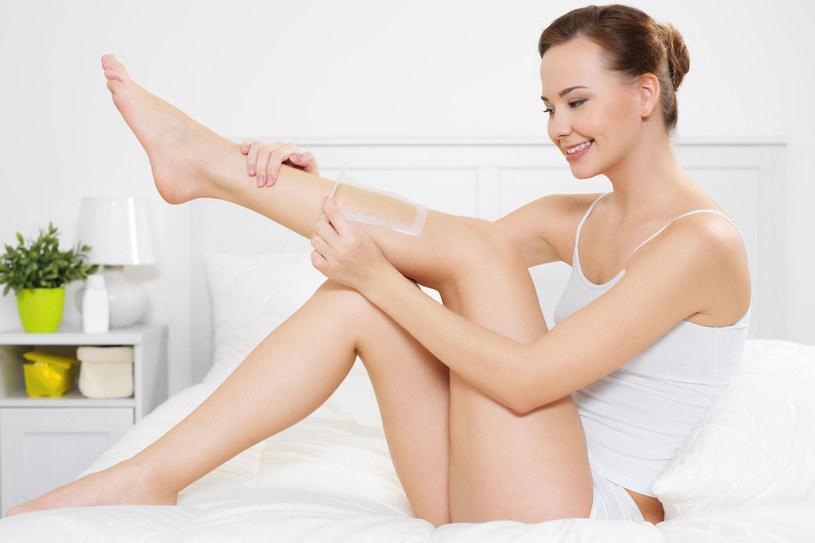 Zanim przystąpisz do depilacji, zwłaszcza za pomocą depilatora lub wosku, powinnaś przygotować skórę, czyli zrobić peeling /123RF/PICSEL