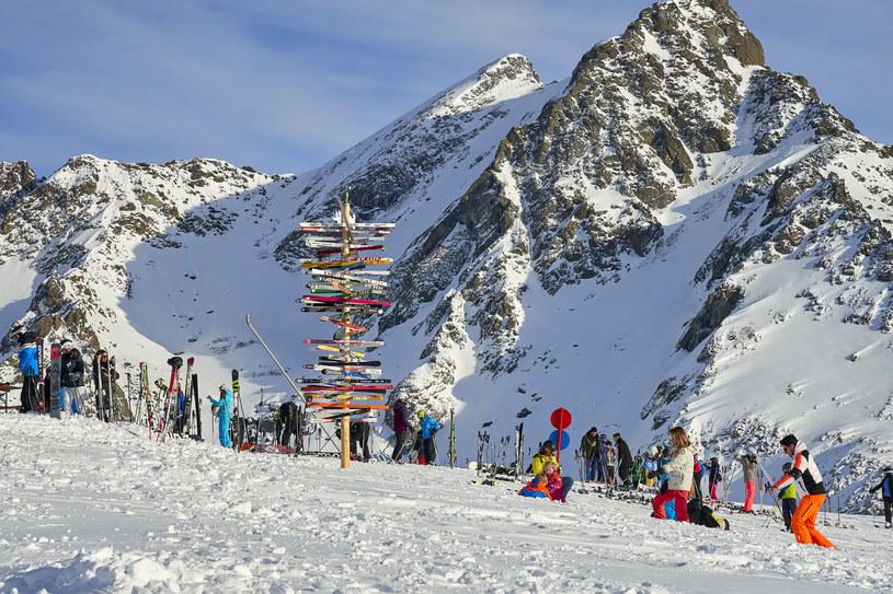 Zanim rozkwitła tu turystyka, Ischgl słynęło z nadgranicznej kontrabandy. Austriackie mięso, masło, ser i futra zamieniano, z pominięciem cła, na szwajcarski cukier, tytoń, papierosy i kawę. Dzisiaj szlak przemytniczy można pokonać zarówno na nartach, jak i pieszo