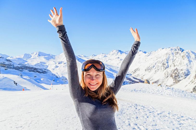 Zanim wepniesz narty porozciągaj się i poćwicz. Wcześniej warto zrobić podstawowe badania /123RF/PICSEL