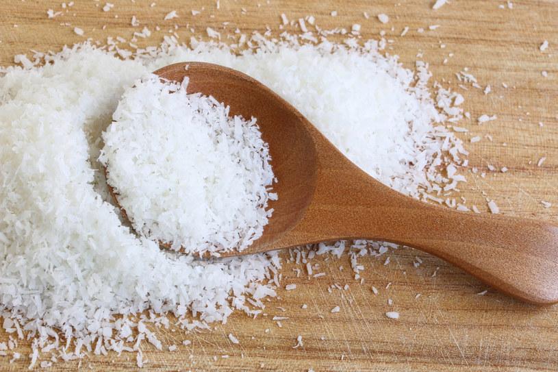 Zanim włożysz do koszyka wiórki kokosowe, zwróć uwagę na ich skład /123RF/PICSEL
