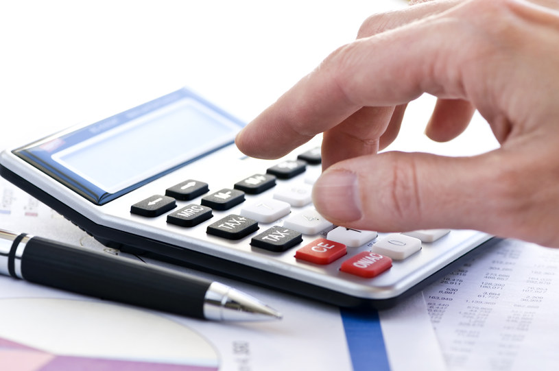 Zanim zaczniemy oszczędzać warto przeprowadzić analizę comiesięcznych wydatków /Elena Elisseeva /© Glowimages