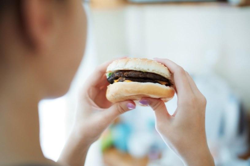 Zanim zaczniesz jeść, zastanów się, czy naprawdę jesteś głodna /123RF/PICSEL