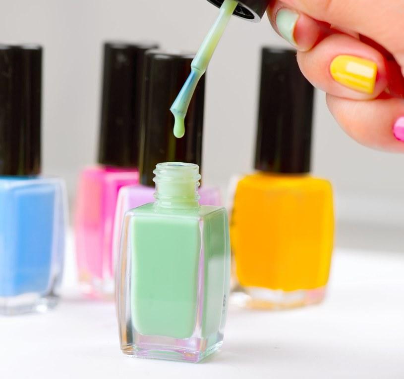 Zanim zaczniesz malowanie paznokci, zadbaj o ich płytki /123RF/PICSEL