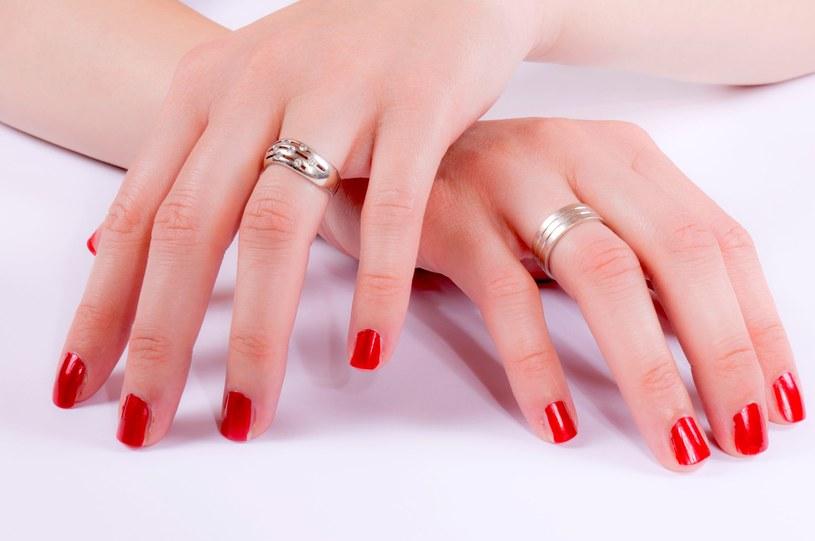 Zanurzasz dłonie w zimnej wodzie, aby lakier szybciej wysechł. To błąd! /123RF/PICSEL