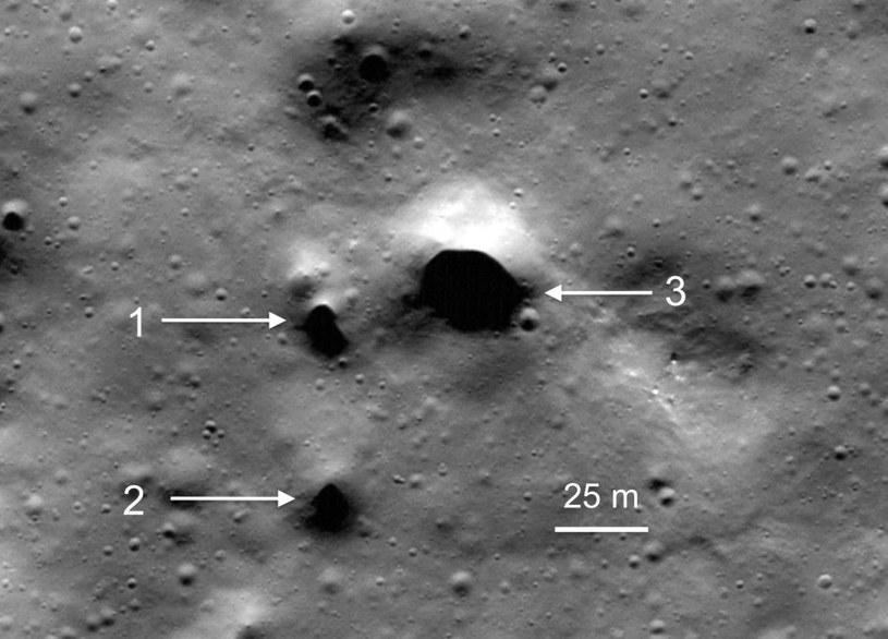 Zaobserwowane potencjalne wejścia do jakskini lawowej /NASA