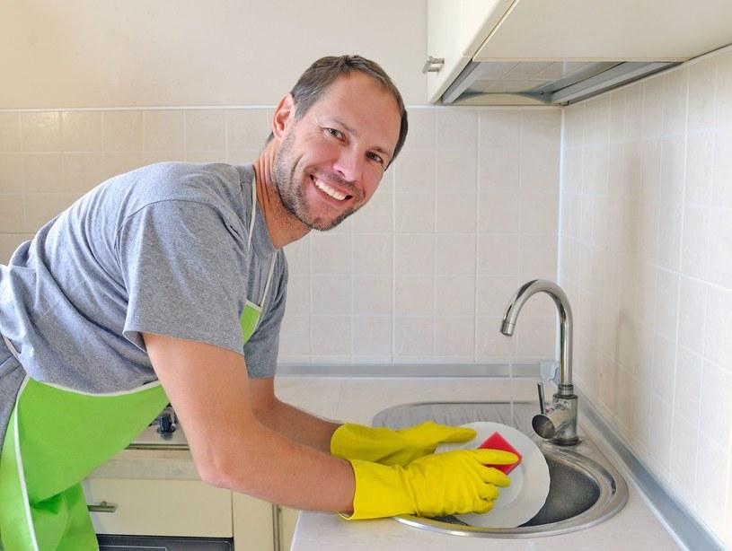 Zaoferuj pomoc w zmywaniu po obiedzie. Pokaż teściowej, że jesteś dżentelmenem. /123RF/PICSEL