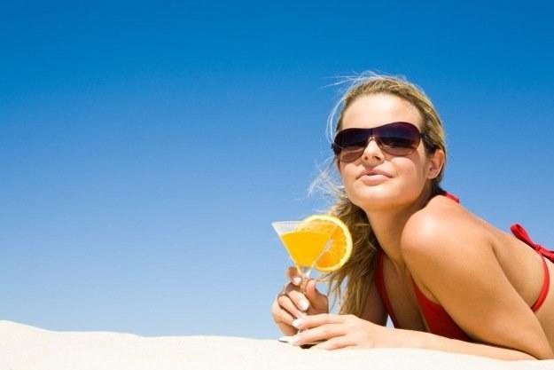 Zapach olejku do opalania większości Polaków kojarzy się z wakacyjną plażą /materiały prasowe