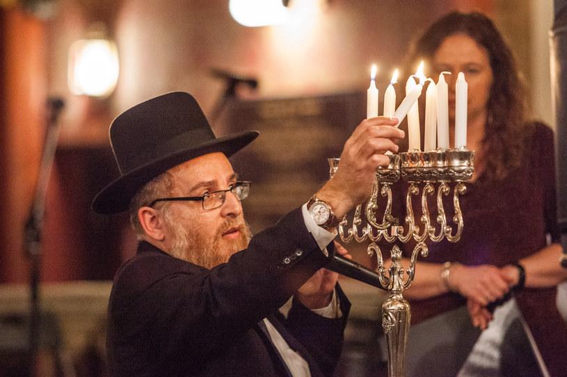 Zapalenie świecy chanukowej w Synagodze Tempel w Krakowie, zdjęcie archiwalne /Jan Graczyński /East News