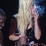 Zapaliła marihuanę na scenie. Zobacz