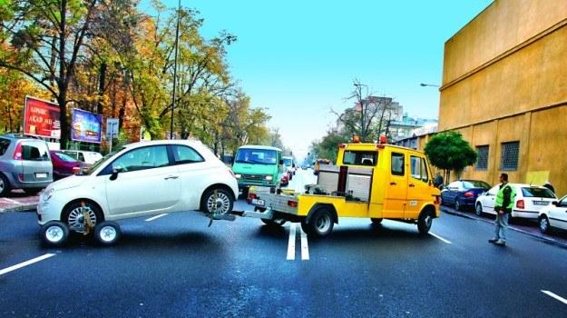Zaparkowanie w niedozwolonym miejscu może zakończyć się odholowaniem i słono kosztować. /Motor