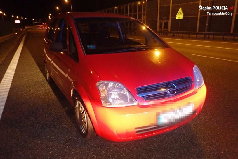 Zaparkowany samochód stanowił duże zagrożenie dla innych uczestników ruchu /Śląska policja /materiały prasowe