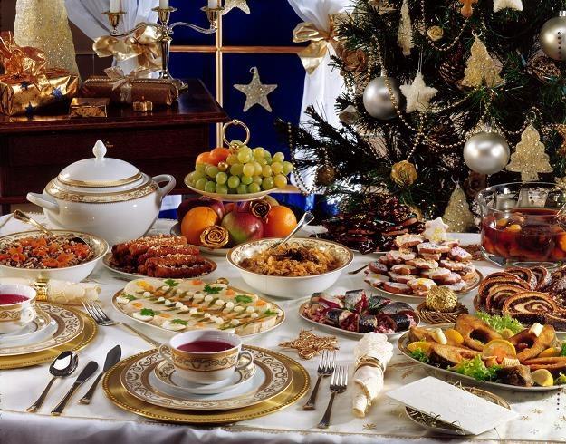 Zapełnienie wigilijnego stołu potrawami zamówionymi w firmie cateringowej kosztuje ok. 300-400 zł /© Bauer