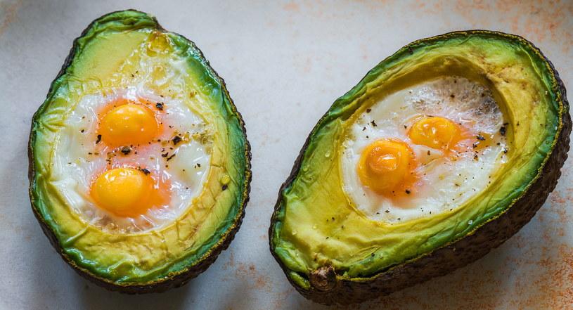 Zapiekane awokado z sadzonymi przepiórczymi jajkami - palce lizać! /123RF/PICSEL