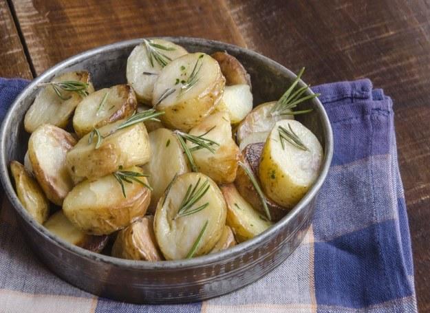Zapiekane ziemniaki z rozmarynem /123RF/PICSEL