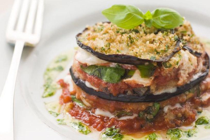 Zapiekanka z bakłażana, pomidorów i parmezanu czyli włoska parmigiana /123RF/PICSEL