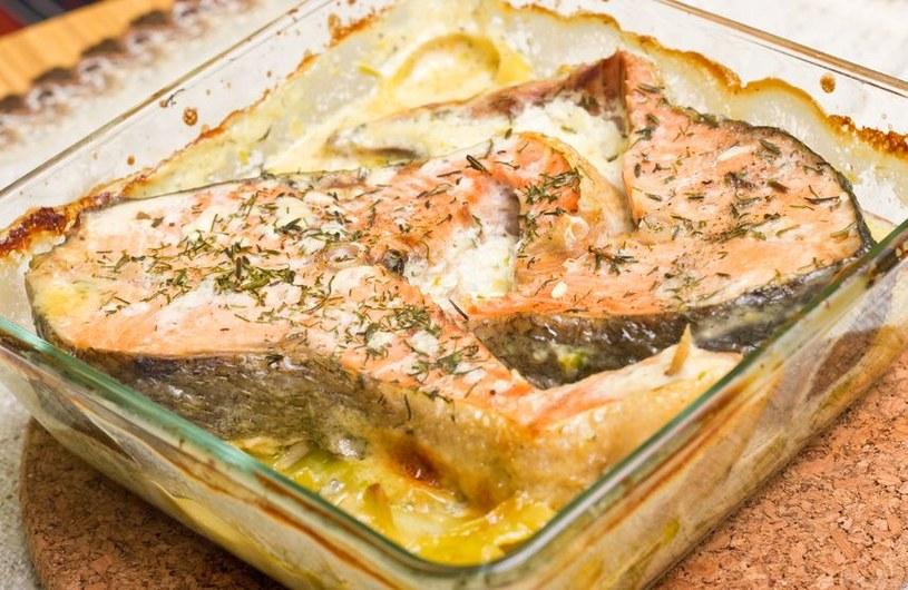Zapiekanka z łososia jest wyśmienita na ciepło i na zimno /123RF/PICSEL