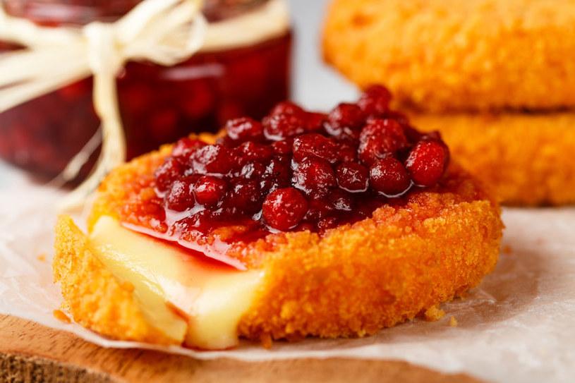 Zapiekany ser z żurawiną to idealna propozycja na wykwintną kolację we dwoje /123RF/PICSEL