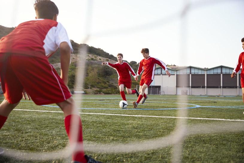 Zapisanie się do szkolnej drużyny sportowej pozwoli ci na niechodzenie na lekcje kilka razy w roku /123RF/PICSEL