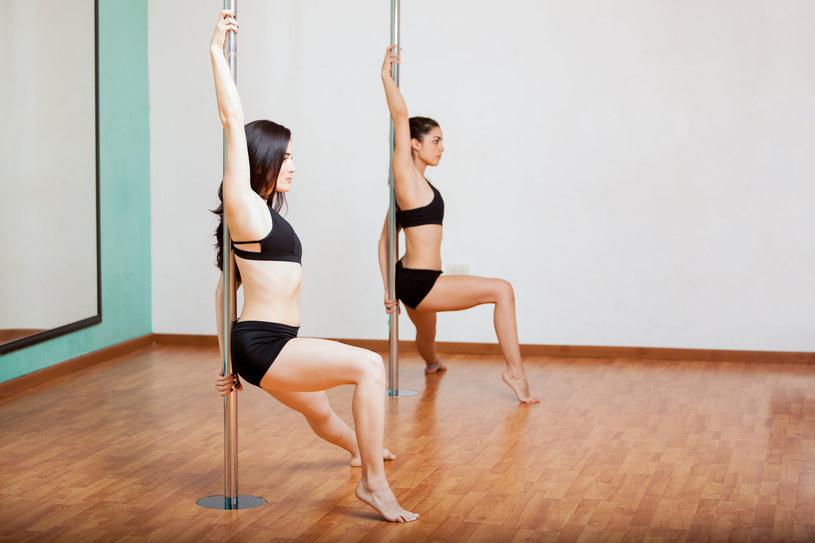 Zapisując się na zajęcia tańca na rurze, jak z resztą na każdy inny trening, najlepiej znaleźć sobie kompana do ćwiczeń /123RF/PICSEL