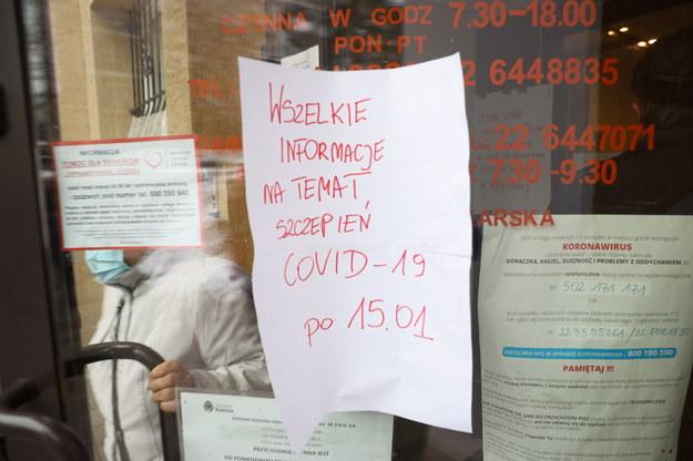 Zapisy na szczepienie przeciwko Covid-19 w przychodni w Warszawie / Leszek Szymański    /PAP