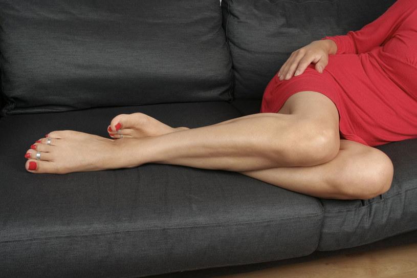 Zapobiegaj żylakom: Unikaj dlugiego stania lub siedzenia, gorących kąpieli i opalania, nie zakładaj nogi na nogę. /Pani