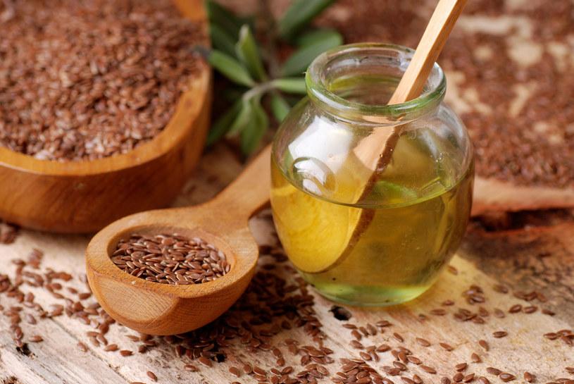 Zapobiegawczo w nadciśnieniu warto stosować olej lniany i oliwę w codziennym menu /123RF/PICSEL