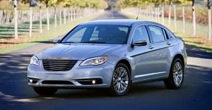 Zaprezentowany w 2010 roku Chrysler 200 był tak naprawdę zmodernizowanym Sebringiem, produkowanym od 2007 roku. Model nie osiągnął w USA dużej popularności - w ubiegłym roku znalazł tam 122 tys. nabywców. /Chrysler
