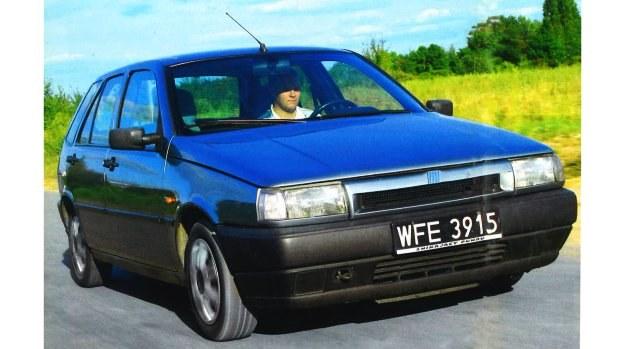 Zaprojektowany przez włoskich stylistów Fiat Tipo wciąż może się podobać. Kierunkowskazy skryte pod białymi kloszami były niegdyś rozwiązaniem bardzo nowatorskim, dodającym uroku, Nienaturalnie odstająca maska nie jest efektem niesolidnej naprawy blacharskiej ani znakiem mijającego czasu — ten typ tak ma, odkąd wyjechał z fabryki. /Motor