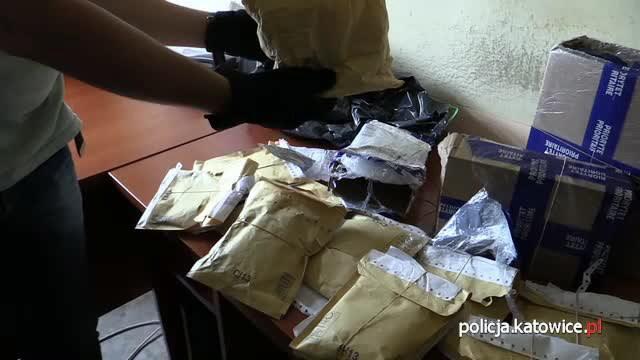 """Zarekwirowane przez policję przesyłki pocztowe zawierające m.in. dopalacz """"Mocarz"""" /Policja"""