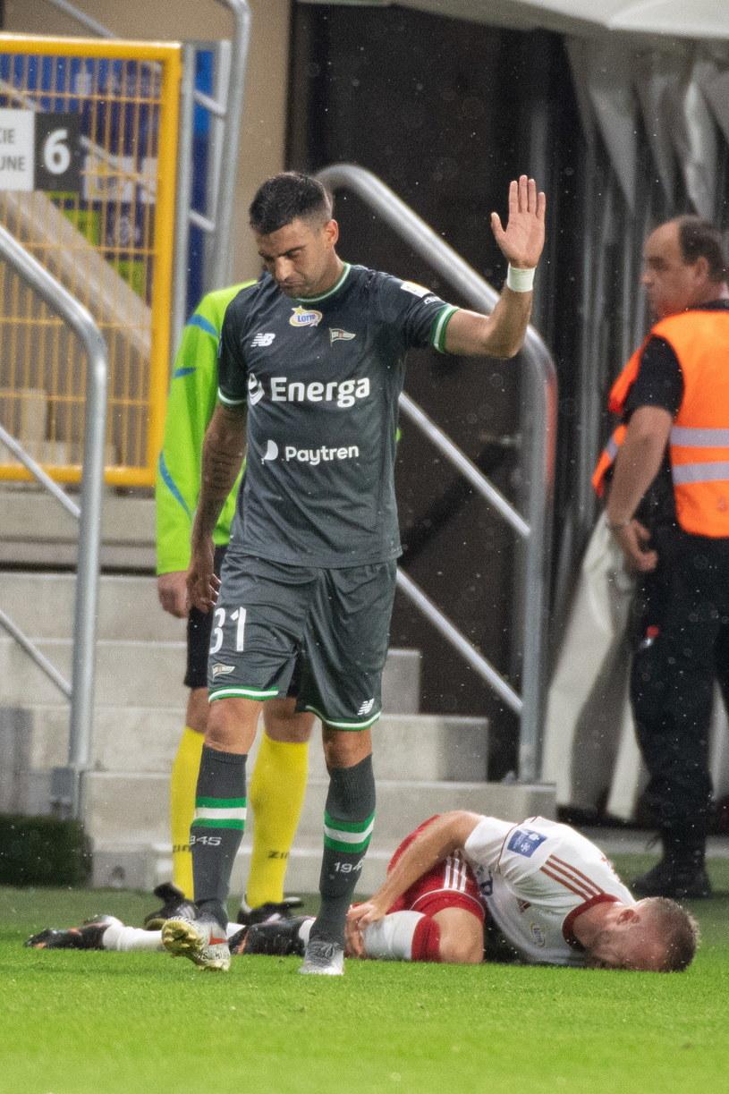 Żarko Udoviczić został wyrzucony z boiska dopiero po tym, jak sędzia obejrzał powtórkę /PAP/Grzegorz Michałowski /PAP