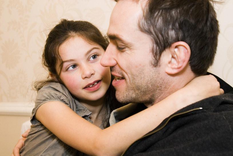 Zarobki ojców bywają wyższe od płac samotnych mężczyzn /© Glowimages