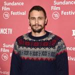 Zarośnięty James Franco w swetrze i śniegowcach na premierze. Seksowny?