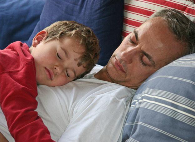 Zarówno dla syna, jak i córki tata staje się niekwestionowanym autorytetem /© Panthermedia