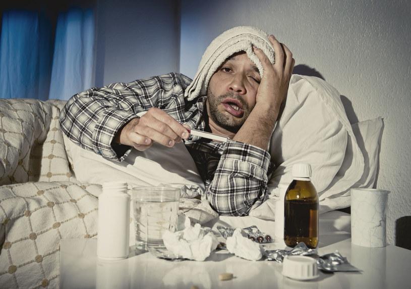 Żartobliwie mówi się, że przeziębiony mężczyzna nie jest chory, tylko walczy o życie /123RF/PICSEL