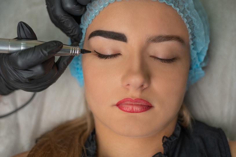 Zasada mniej znaczy więcej zdecydowanie sprawdza się też w przypadku makijażu brwi /123RF/PICSEL
