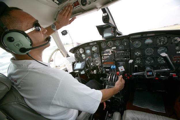 Zasadę dwóch osób w kabinie pilotów wprowadzają linie lotnicze /AFP