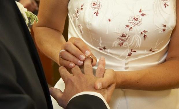 Zasady noszenia obrączki i pierścionka zaręczynowego
