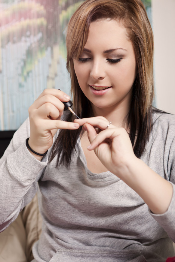 Zaschnięty lakier do paznokci /© Photogenica