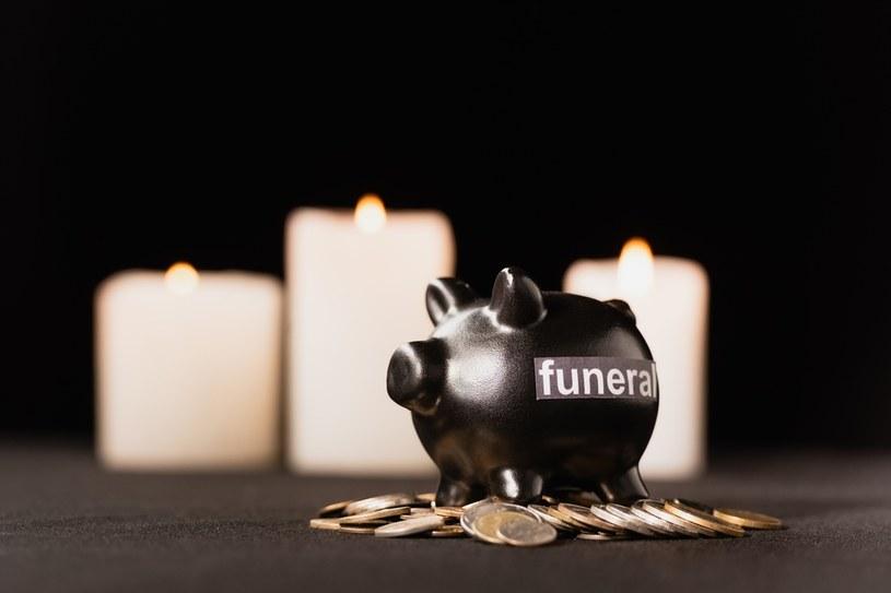 Zasiłek pogrzebowy w Polsce wynosi 4000 zł i jego wysokość nie uległa zmianie od 2011 r. /123RF/PICSEL