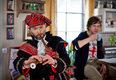 Przebierając się za Szkota, Jerzy (Jacek Braciak) chciał serdecznie ugościć przybysza z Wielkiej Brytanii - koleżankę Elki
