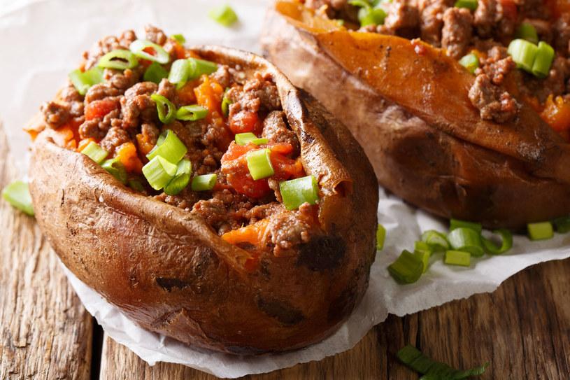 Zaskocz kulinarnie swoich bliskich i zaserwuj im pyszne pieczone ziemniaki /123RF/PICSEL