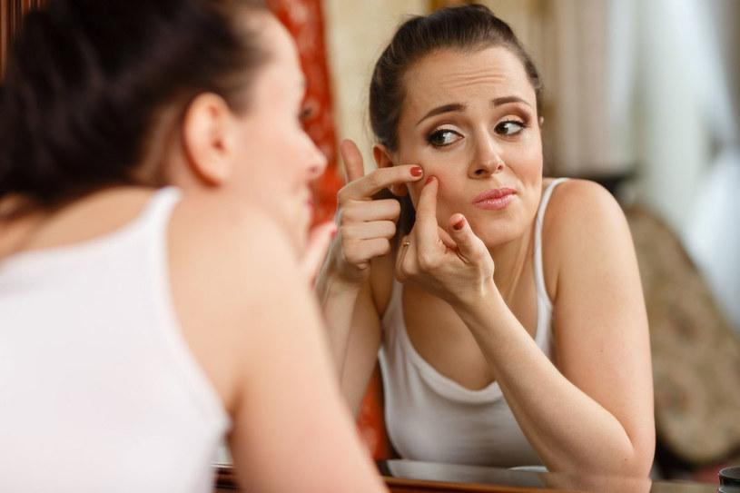 Zaskórniki i pryszcze to nie tylko problem młodych kobiet. Aby skutecznie im zapobiegać, musisz pamiętać o trzech podstawach pielęgnacji /123RF/PICSEL