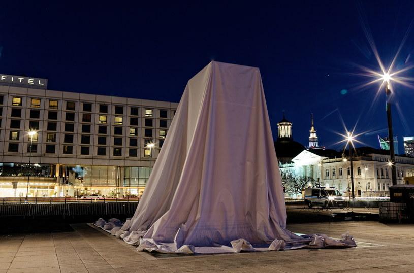 Zasłonięty pomnik ofiar katastrofy smoleńskiej autorstwa Jerzego Kaliny na pl. Piłsudskiego w Warszawie /Adam Guz /PAP