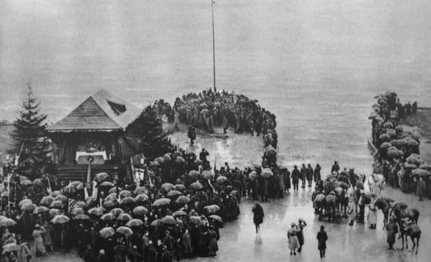 Zaślubiny Polski z morzem - generał Józef Haller rzuca pierścieć w Bałtyk, 10.02.1920 r. /Danuta B. Łomaczewska /East News