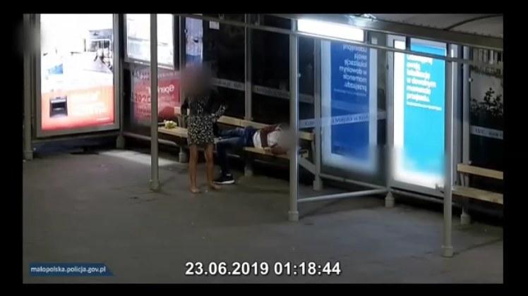 Zasnął na przystanku, padł ofiarą kradzieży /Policja