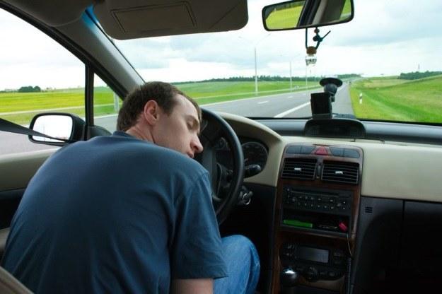 Zaśnięcie za kierownicą może zakończyć się śmiercią /123RF/PICSEL